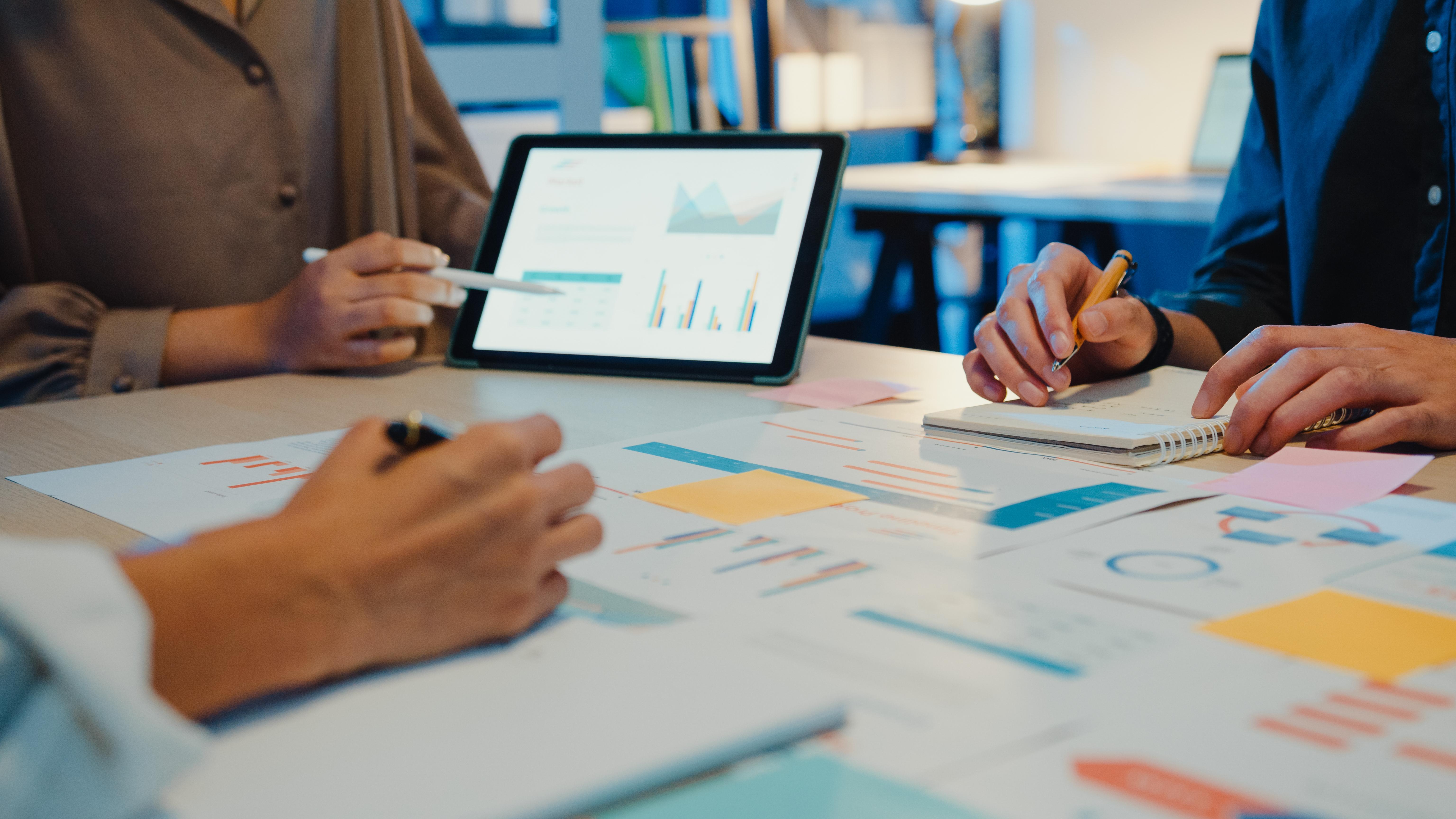 asia-business-people-meeting-plan-analysis-statist-YP5RA86