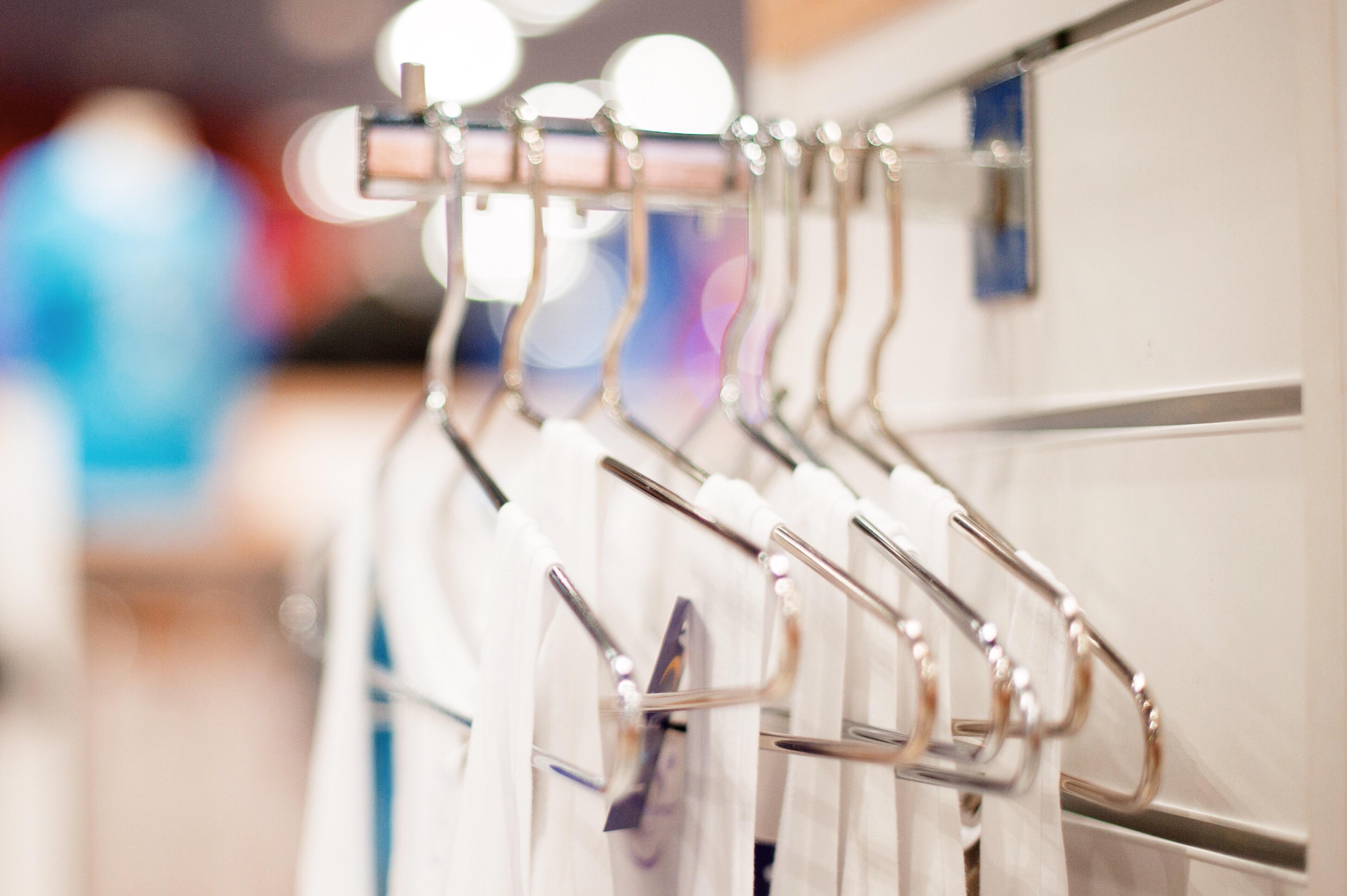 clothes-hanger-retail-store-discounts-clearance-sa-BD4PL3L